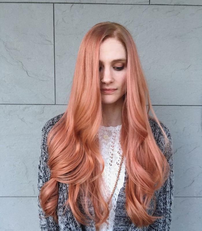 larga melena en color melocotón con ondas en las puntas, cabello muy largo, como hacer ondas con la plancha para crear este efecto