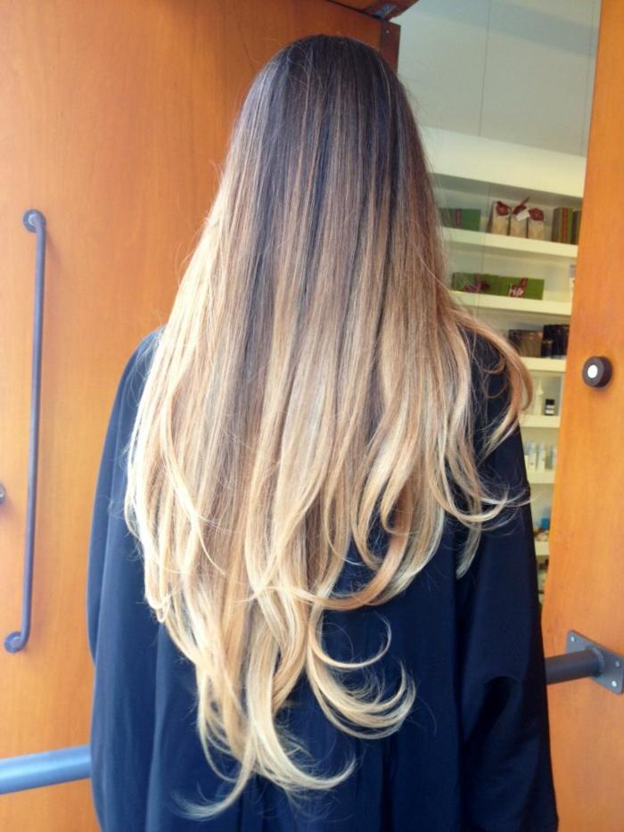 tendencias en el pelo para primavera verano 2018, cabello muy largo cortado en capas con mechones rubios