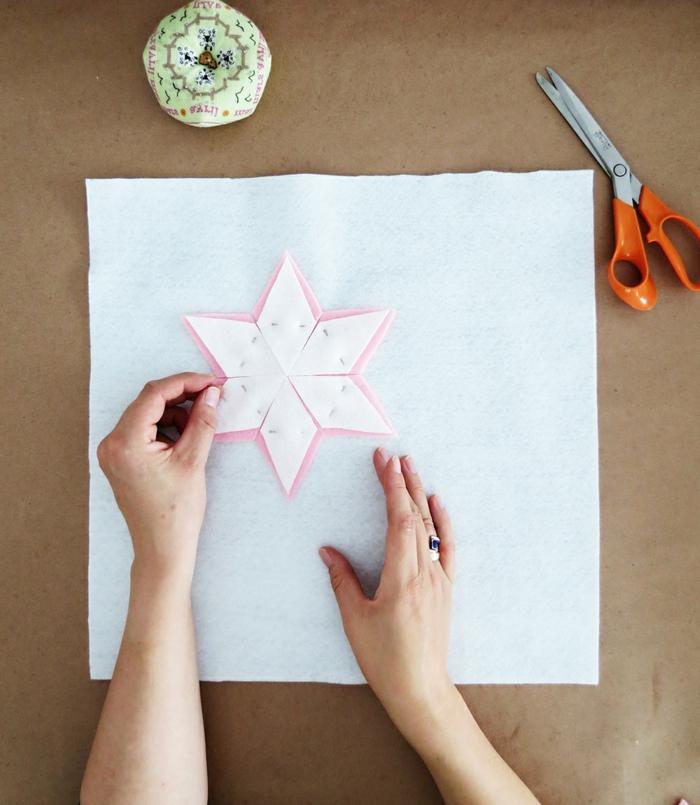 flor DIY hecho de fieltro en color rosa y blanco, manualidades de fieltro para hacer en casa, flor decorativo para decorar almohadones