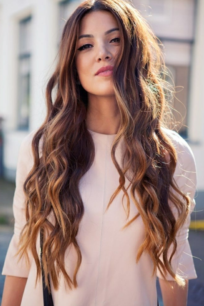 larga melena color castaño con balayge, mechas rubias, pelo cortado en capas, consejos sobre como ondular el pelo