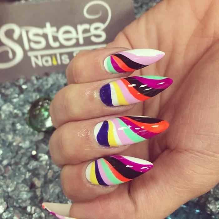 uñas muy largas, propuesta extravagante en muchas colores, uñas en forma stileto, rayas coloridas