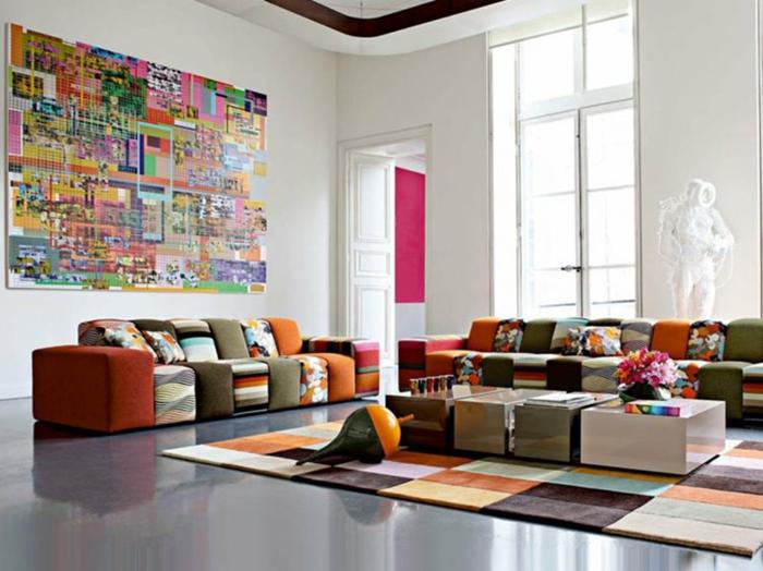 salón de diseño original decorado en muchos colores, muebles de salón modernos, grande pano decorativo en la pared