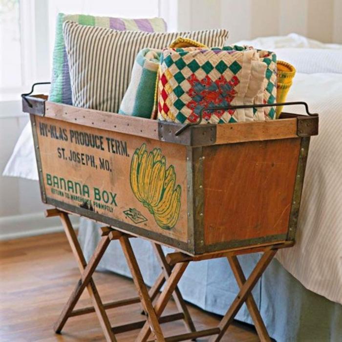 idea acogedor en estilo vintage para decorar la casa, cajas de madera para decorar el dormitorio