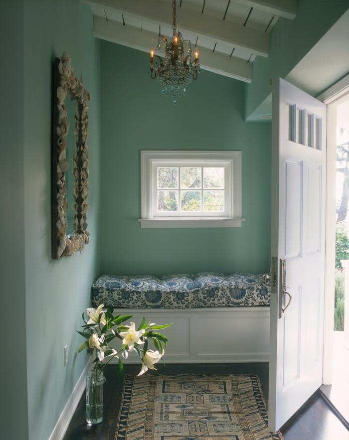 recibidores baratos en estilo vintage, paredes pintadas en verde menta candelabro y banco vintage