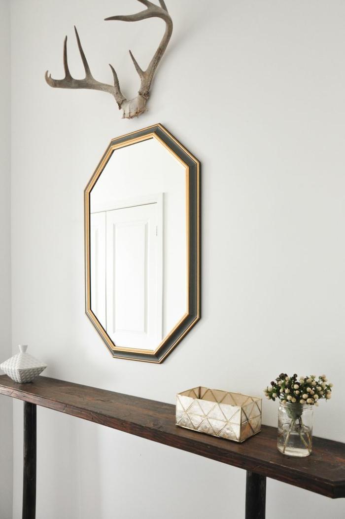 decoración sencilla con espejos de pared, recibidor bonito de diseño moderno con un toque vintage, espejo en forma de hexágono con marco plateado