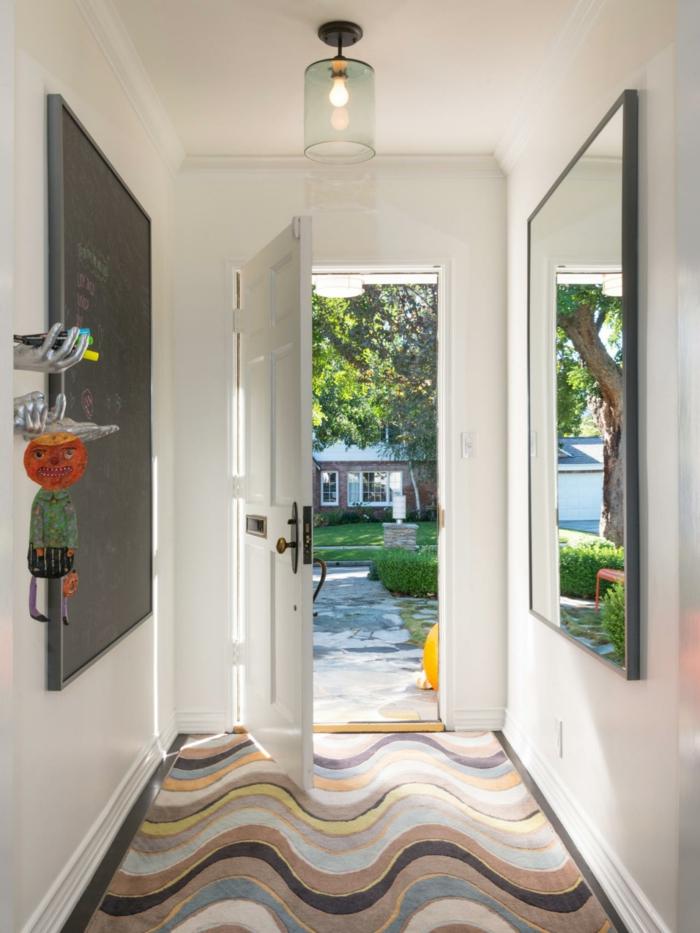 ideas originales de muebles de entrada modernos, decoración de una pizarra negro y grande espejo rectangular