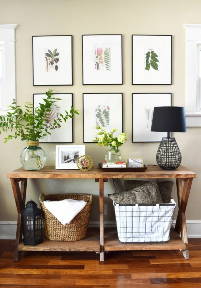 ideas sobre como decorar entraditas modernas, pared con galería de cuadros decorativos con motivos botánicos