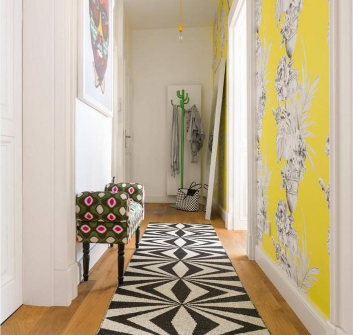 entraditas modernas con hermosos detalles en colores llamativos, banco tapizado en verde y alfombra ne blanco y negro
