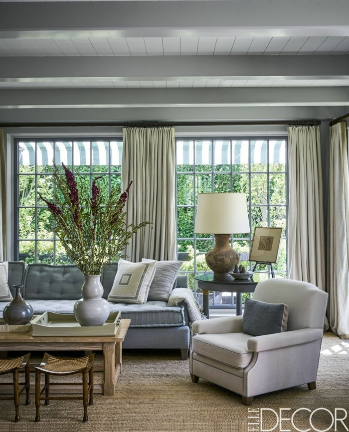 salon en estilo contemporáneo minimista, muebles de salon modernos en gris y beige, cortinas de satén y grandes ventanales