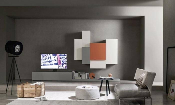 estilo contemporáneo, salon con pocos muebles, decoracion gris con acentos en color naranja, silló y taburete, mesa pequeña, habitación gris
