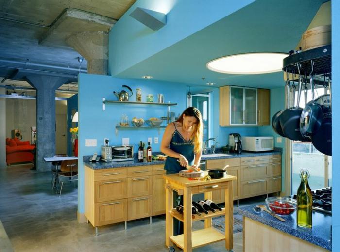 ambiente en color azul celeste con armarios de madera, cocina comedor funcional y espacioso, comedor en estilo industrial