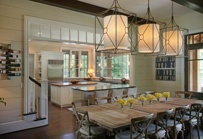 lamparas original en la forma de linternas, comedor cocina de madera decorado de frascos con flores, cocina americana de diseño moderno