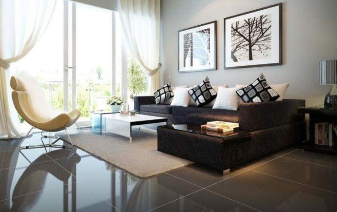muebles de salon modernos en marrón y color champán, cortinas de visillo, grande sofá con cojines decorativos