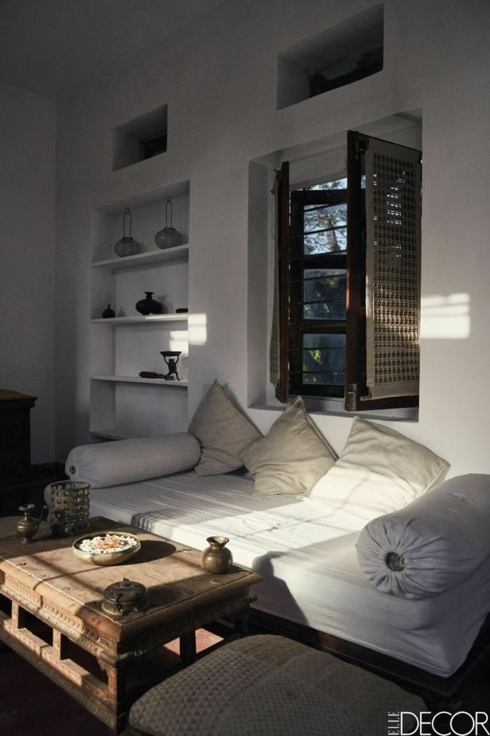 salon acogedor con poca luz, como decorar un salon en blanco con muebles vintage, sofá cama en blanco