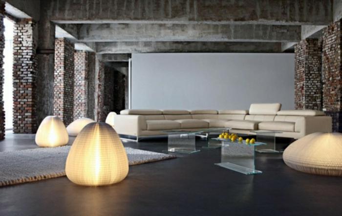 grande espacio decorado en estilo minimalista, muebles de salon modernos con sofá grande en beige, paredes de ladrillo