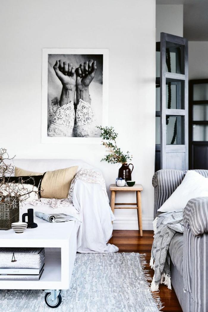 salon en blanco y gris, estilo nordico, sofás con cojines, mesita de ruedas, fotografia de brazos femeninos en blanco y negro, flores secas