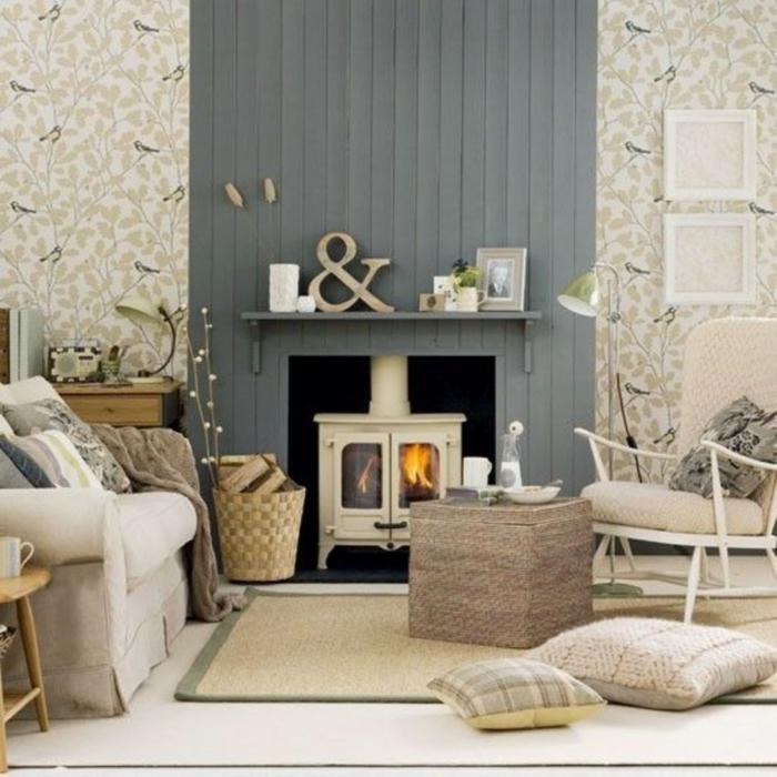 salon pequeño en gris y beige, pared de listones, chimenea de metal, tapete de mimbre, papel pintado con pajaros, decoracion abitacion matrimonio
