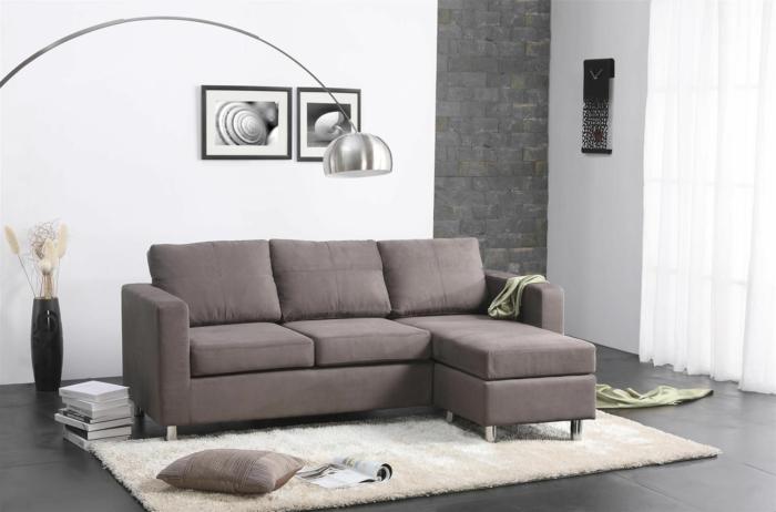 ejemplos de muebles de salon modernos, paredes en blanco y suelo de baldosas en gris, sofá en color marrón y cuadros decorativos