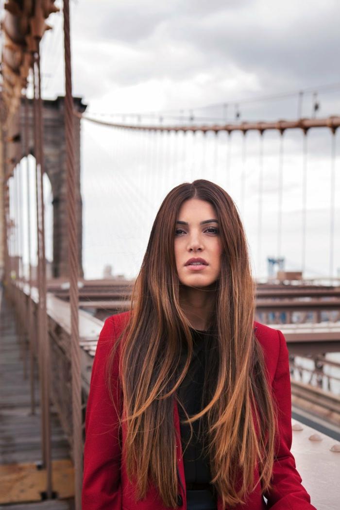 preciosa cabellera con puntas californianas, pelo largo cortado en capas color castaño oscuro con mechas en cobrizo