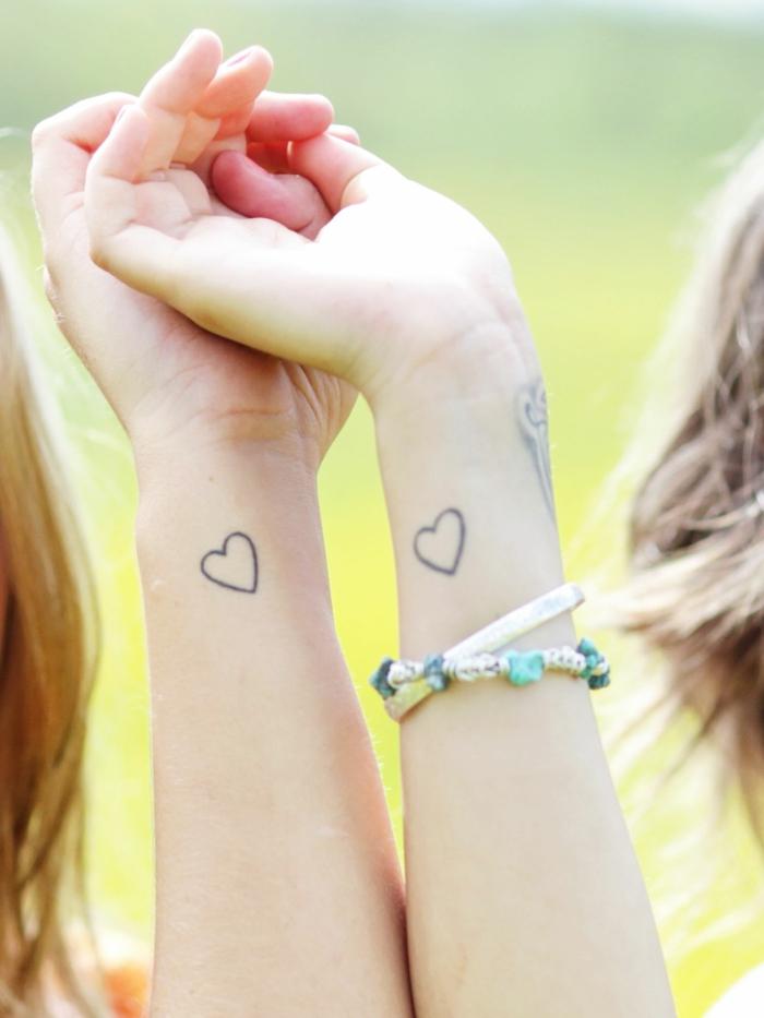 mini tattoos, tatuajes de familia, corazones pequeños en la muñeca, idea para hermanas o mejores amigas, mano con pulseras