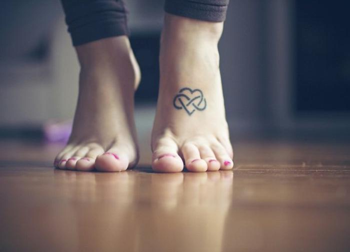 idea de tatuaje con significado, corazón combinado con el simbolo de infinito, pie de mujer con uñas pintadas, tatuajes de hermanas