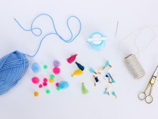 como hacer alfombras de lana, manualidades para decorar la casa hechas de lana, hilo en azul porcelana y pequeños detalles en colores