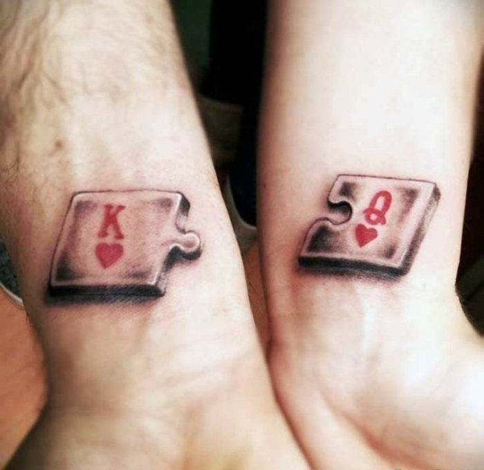 idea de tatuaje en la muñeca para parejas, estilo 3D en rojo y negro, rompecabezas romántico, tatuajes pequeños originales