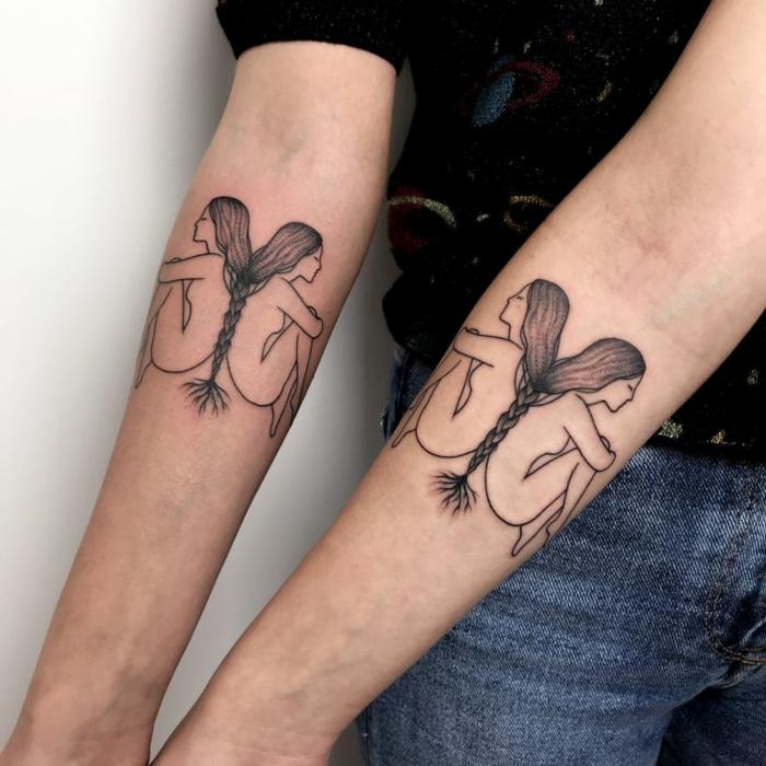 diseño original, tatuajes iguales en el antebrazo, mujeres desnudas sentadas espalda con espalda con trenzas largas, tatuajes de familia