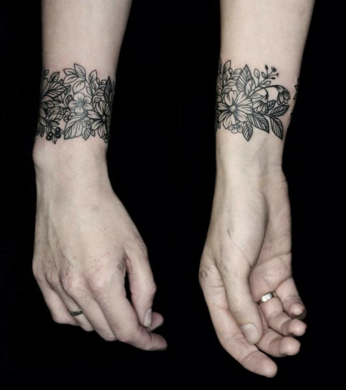 tatuaje brazalete con motivos florales para mujeres, mano con anillo, tatuajes pequeños para mujeres originales