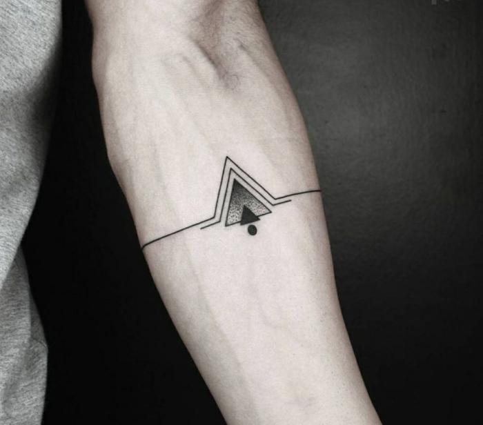 idea de tatuajes masculinos antebrazo, tatuaje geometrico tipo brazalete con triángulos y circulo, tatuajes pequeños