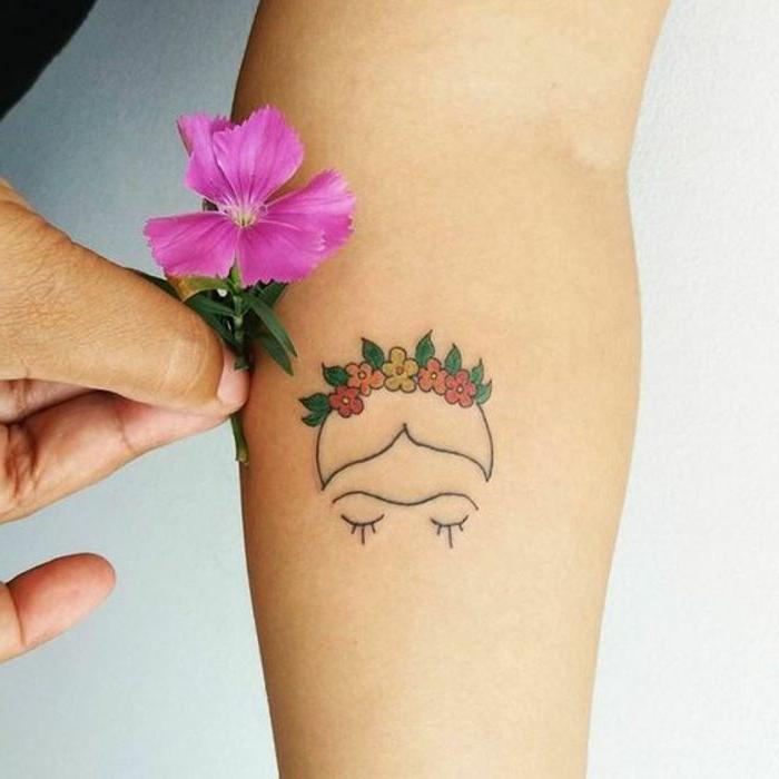 tatuaje de color en el antebrazo, cabeza con corona de flores, diseño para mujeres inspirado en frida kahlo, tatuajes pequeños mujer