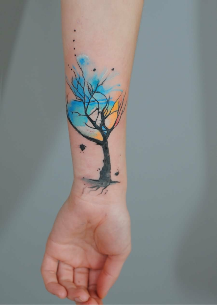 estilo acuarela, tatuajes flechas, diseño de tatuaje femenino en negro, amarillo y azul en la muñeca y el antebrazo
