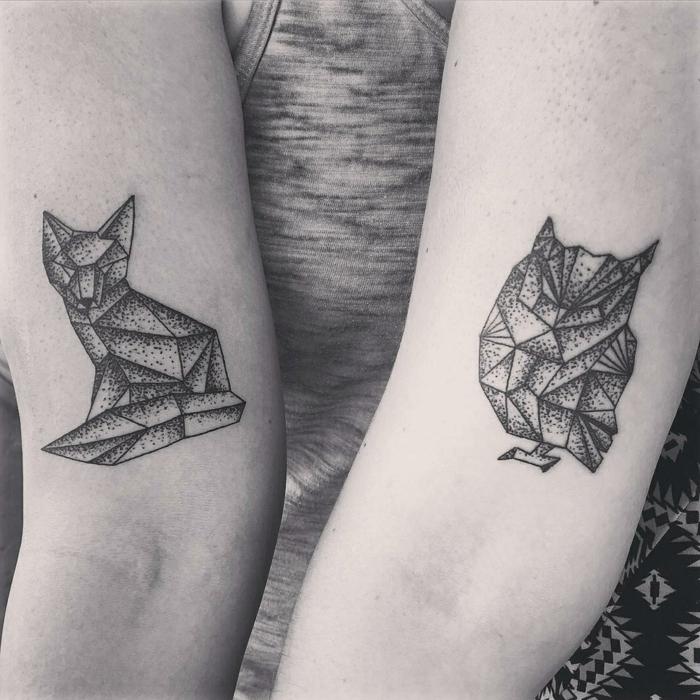 tatuajes en el brazo, diseño geométrico, figuras de zorro y lechuza, foto en blanco y negro, simbolo de familia