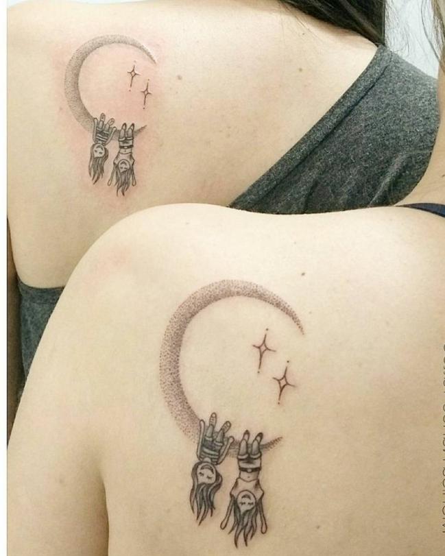 tatuajes en la escápula, niñas colgando cabeza abajo de media luna, tatuajes iguales, simbolo de familia, idea para hermanas