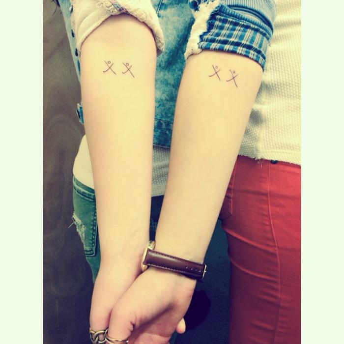 tatuajes minimalistas, figuras de personas estilizadas, simbolos que signifiquen familia, manos con anillos y reloj