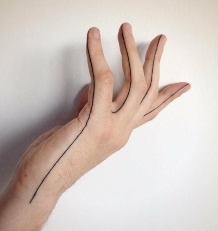 mano de hombre, tatuaje moderno con linea negra que delinea los dedos y la palma, tatuajes chicos
