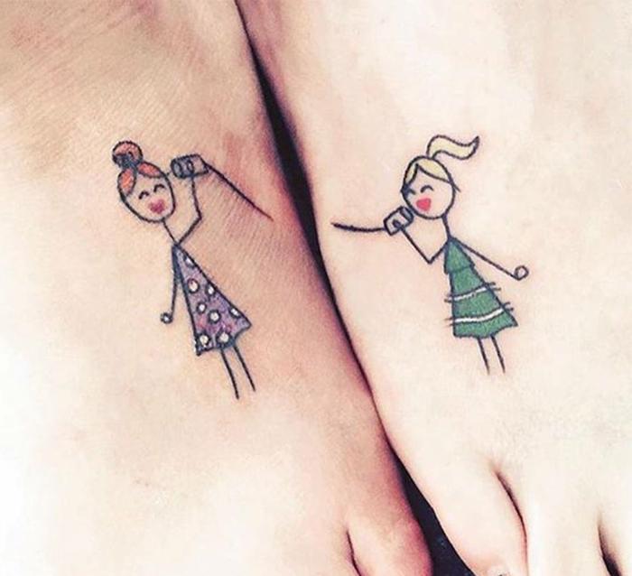 simbolo de familia, tatuajes en el pie, mini tatuajes de color, niñas hablando por teléfono, estilo dibujo infantil, lilá y verde