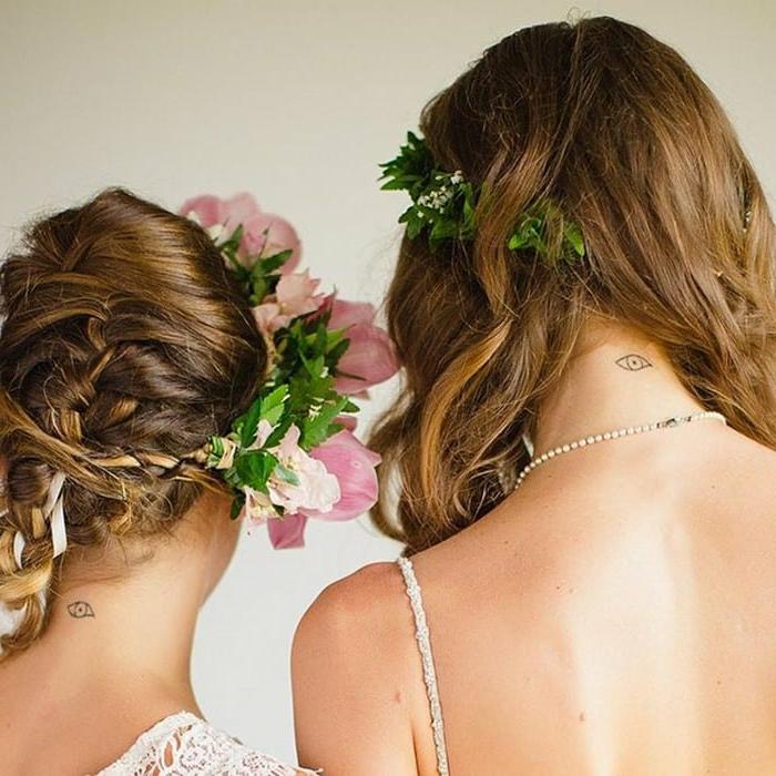 ideas de tatuajes para hermanas, simbolo de familia, mujeres con pelo largo, tatuaje de ojo pequeño en la nuca, coronas de flores