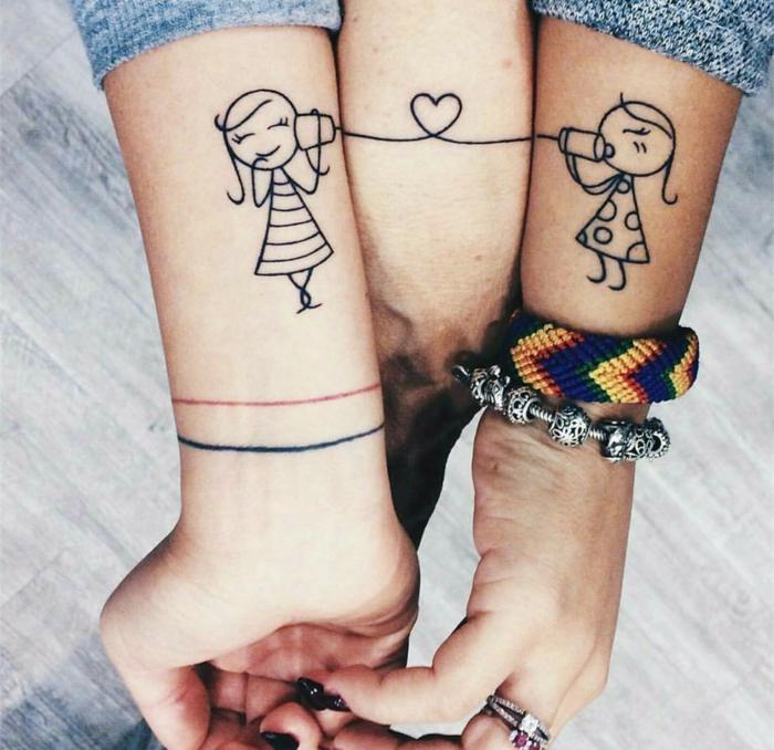 tatuaje divertido estilo dibujo infantil, tatuajes para hermanas, tattoo dividido en tres manos, niñas hablando por teléfono, línea con corazón