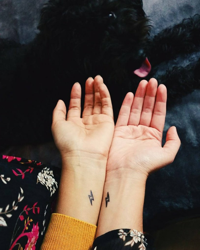 tatuajes minimalistas para amigas o hermanas, mini relámpagos en la muñeca, manos femeninas, tatuajes familia simbolos