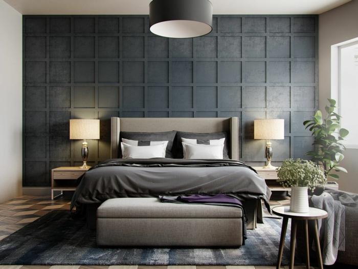pared con moldura, color gris pizarra, suelo con parquet, decoracion habitacion matrimonio, cama doble, cabecero tapizado, plantas verdes, tapete rayado
