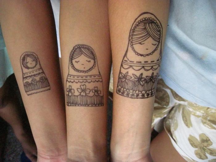 tatuajes divertidos de familia, idea para madre e hijas, tatuajes para hermanas, matrioshka rusa en el antebrazo