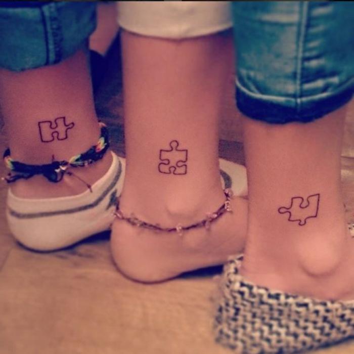 tatuajes pequeños, ideas para familia, tatuajes de hermanas, piezas de puzzle en el tobillo, pies con pulseras