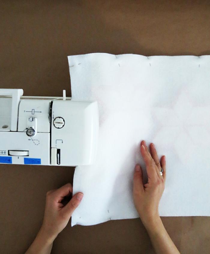 como cocer un almohadón de tela blanca, manualidades de fieltro para hacer con una máquina de coser