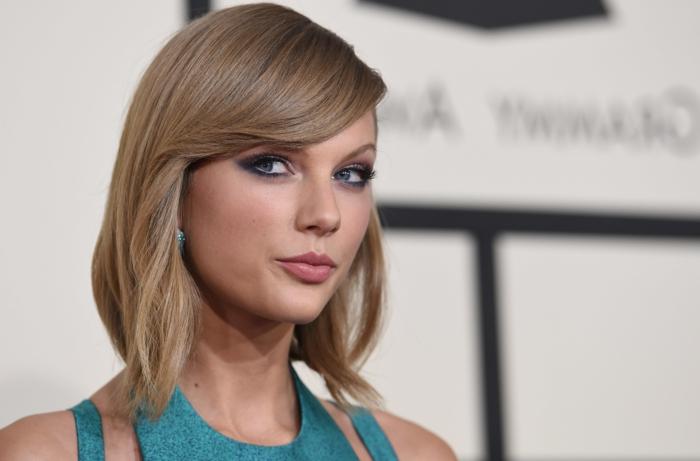 cortes con flequillo, cantante Taylor Swift, pelo liso rubio hasta los hombros, flequillo largo ladeado, peinado para caras de frente grande