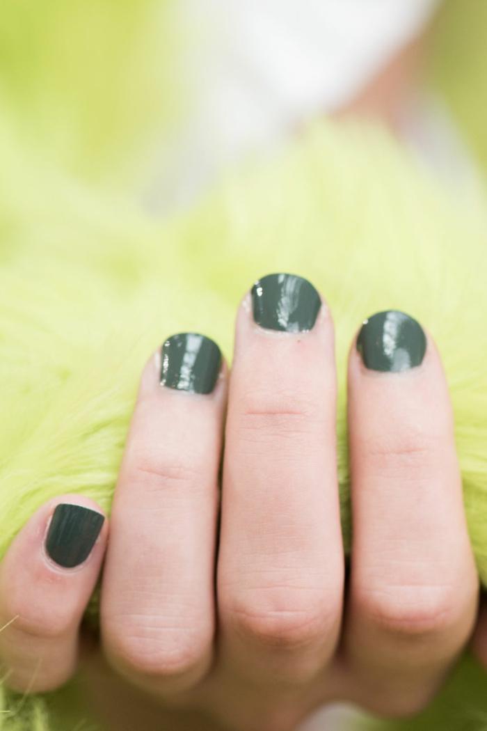 uñas muy cortas pintadas en verde oscuro, diseños de uñas en gel sencillo según las tendencias 2018