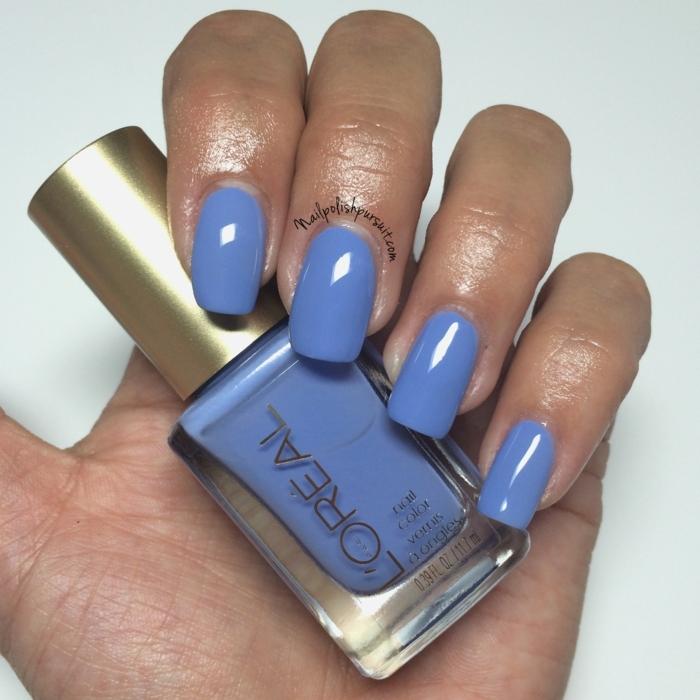 color muy moderno para la nueva temporada, uñas largas en forma cuadrada pintadas en lila, dibujos en uñas de gel