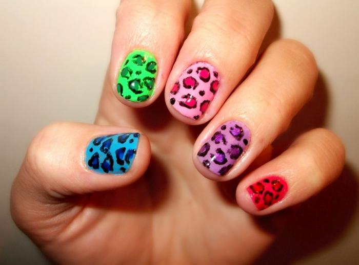 propuesta con prints animales en colores llamativos, dibujos en uñas en diferente color, ideas originales