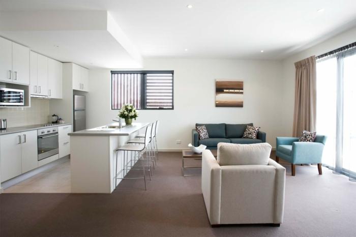 comedor cocina agradable y funcional en tonos claros, salon con muebles en color azul, luces empotradas en el techo