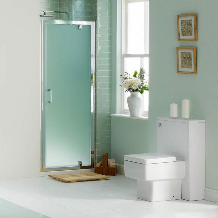 baño pequeño con mucha luz, ducha de obra con puerta de vidrio mate, decoracion en verde menta, cuadros, duchas de obra